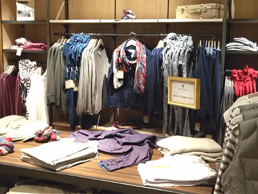 Kleidung im Kaufhaus Regal. Die Auswahl ist groß.
