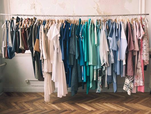 Bunte Kleider auf der Kleiderstange
